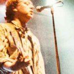 adrian borland sul palcoscenico con la chitarra